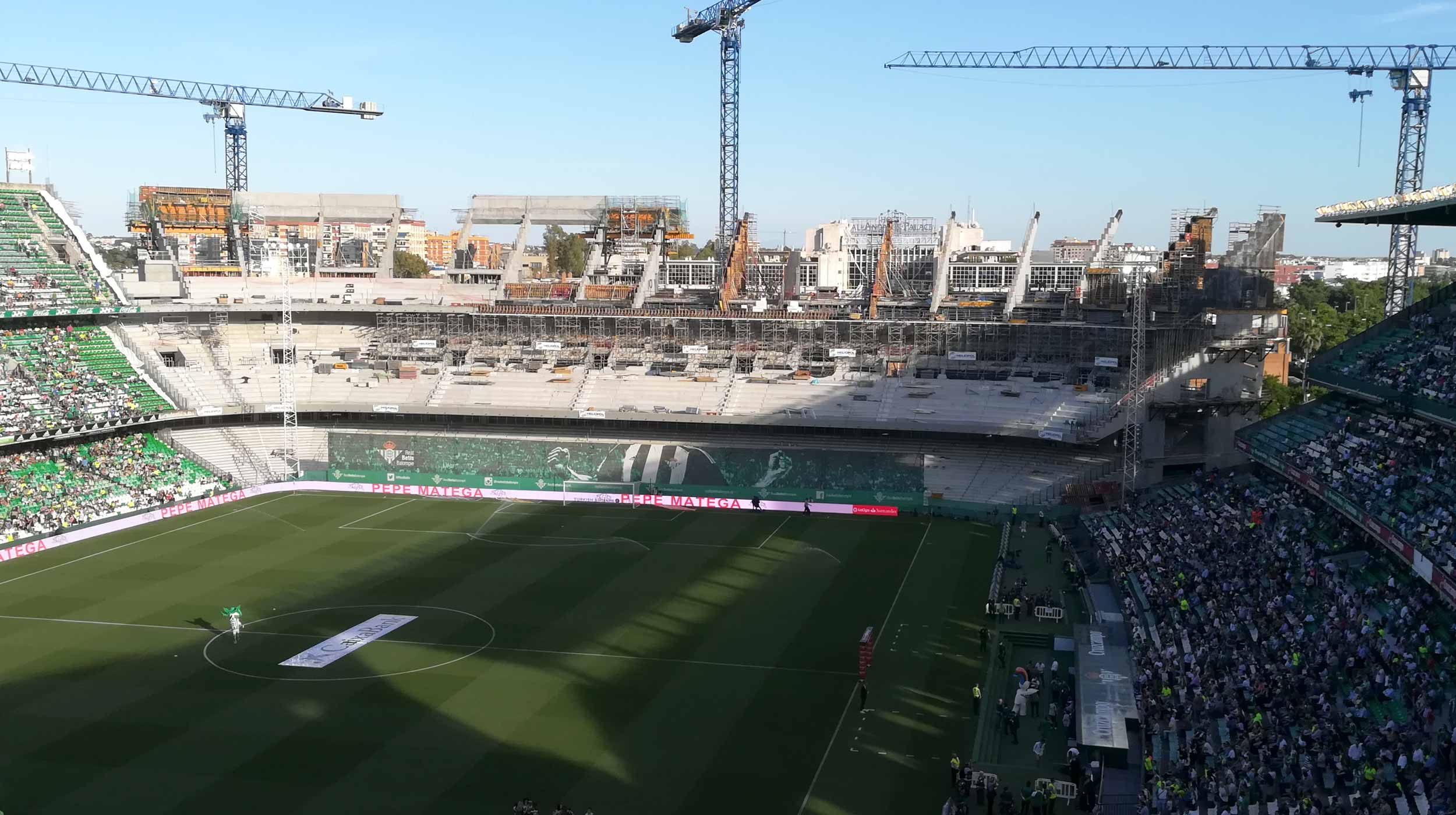 El proyecto comprende la construcción de la grada sur del Estadio Benito Villamarín en Sevilla. El incremento del foro en más de 14.000 asientos lo convierten en el cuarto estadio de mayor capacidad de España.