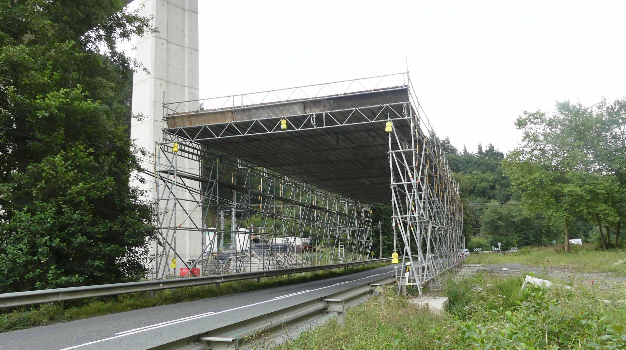 Se ha utilizado el andamio de protección temporal BRIO para asegurar de la vialidad en la carretera de Asteasu, sin impedir el tráfico rodado.
