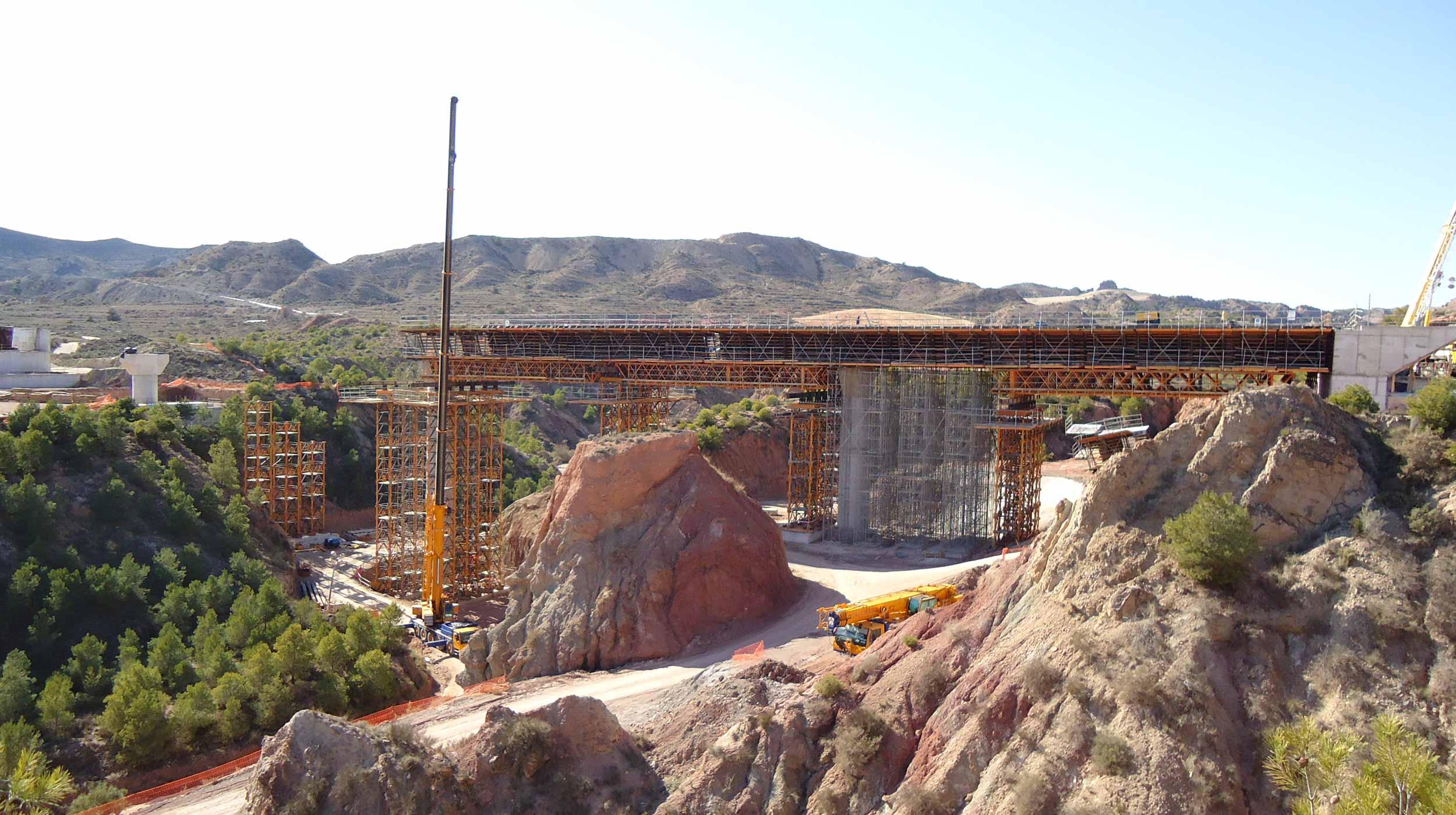 Esta infraestructura forma parte del tramo Monforte del Cid-Aspe de 7,8 km, correspondiente al proyecto de construcción de la Línea ferroviaria de Alta Velocidad de levante.